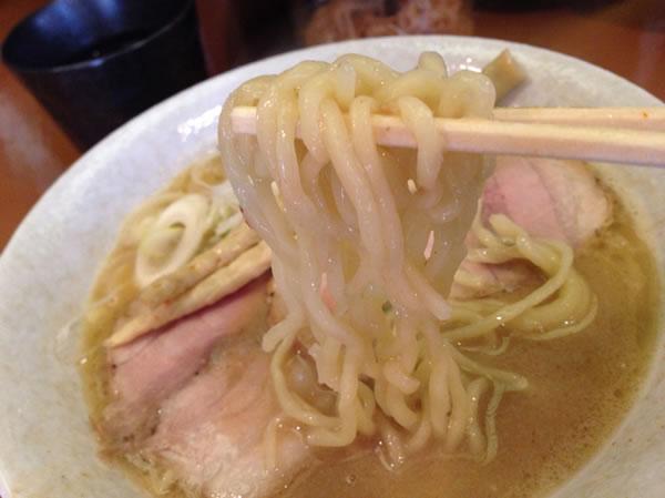 麺は手打ち中細麺